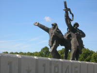 WWii memorial - Soldiers pointing to spire