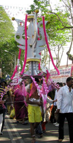 A Kavadis being carried.